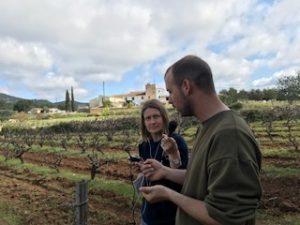 Biel Bartra explicant la història i el treball del Celler Vega de Ribes