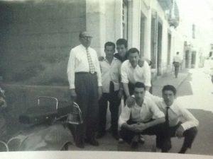 José Rondissoni con los camareros del restaurante La Cala