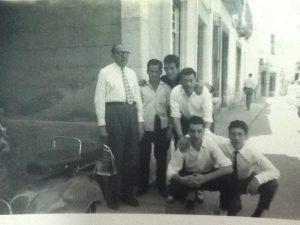 Rondissoni amb els cambrers del restaurant La Cala